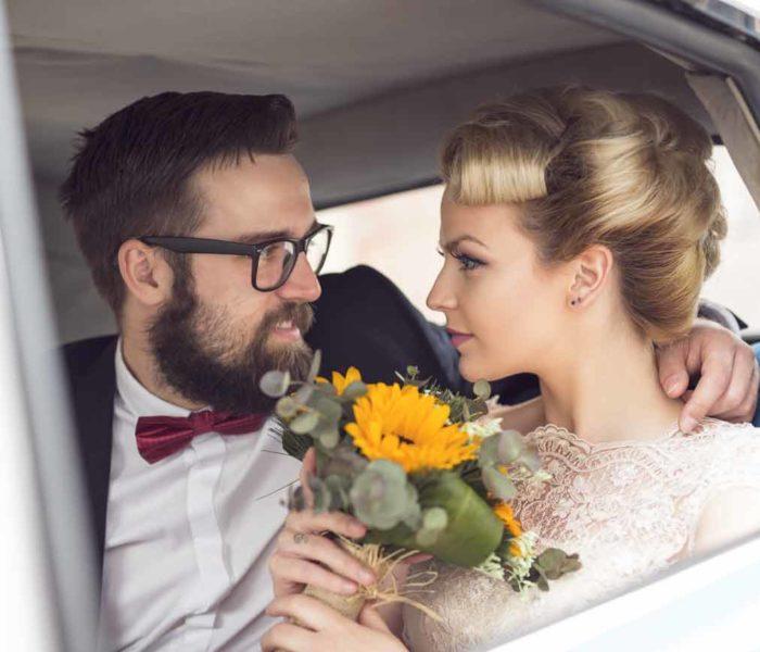 Hochzeitspaar_im_Oldtimer_2